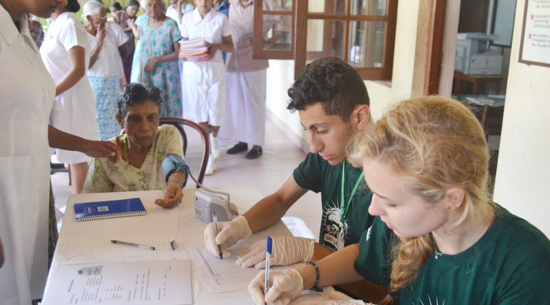 スリランカの病院でヘルスチェックに取り組む公衆衛生インターンたち